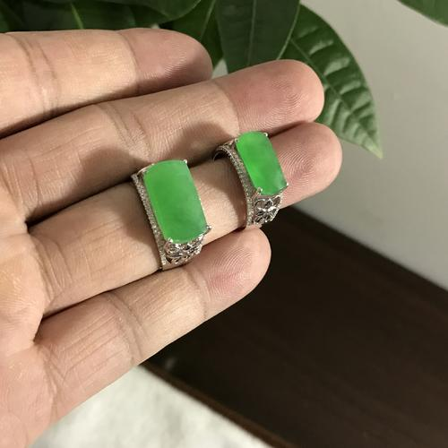 jewelry turns your skin green