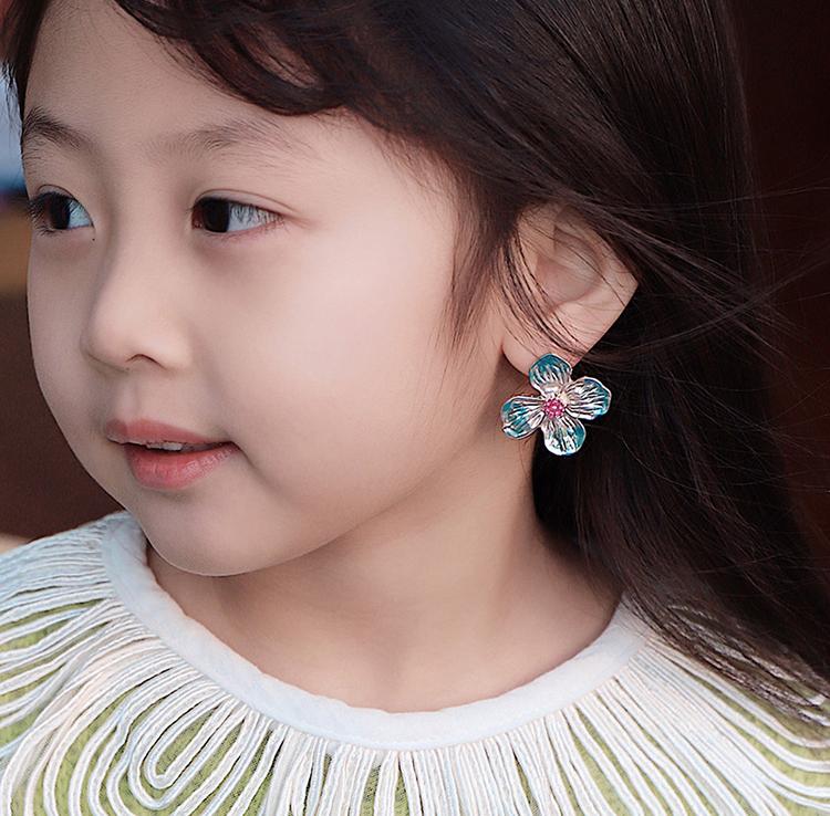 little girl with earrings